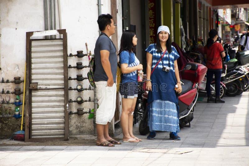 Женщины и люди путешественника тайские путешествуют и ждать друг на дорожке около дороги в городке Chaozhou или городе Teochew в  стоковое изображение rf