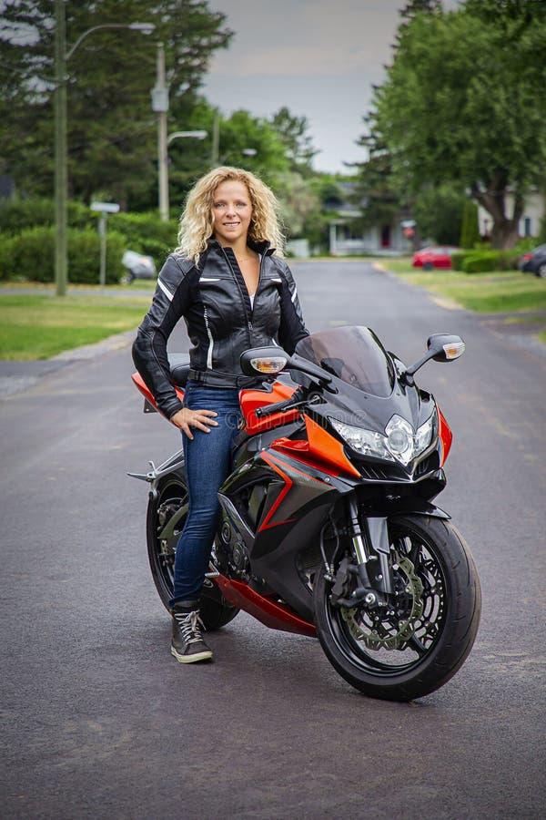 Женщины и спортивный мотоцикл стоковые фото
