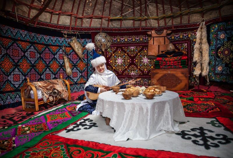 Женщины казаха с dombra в yurt стоковое изображение rf