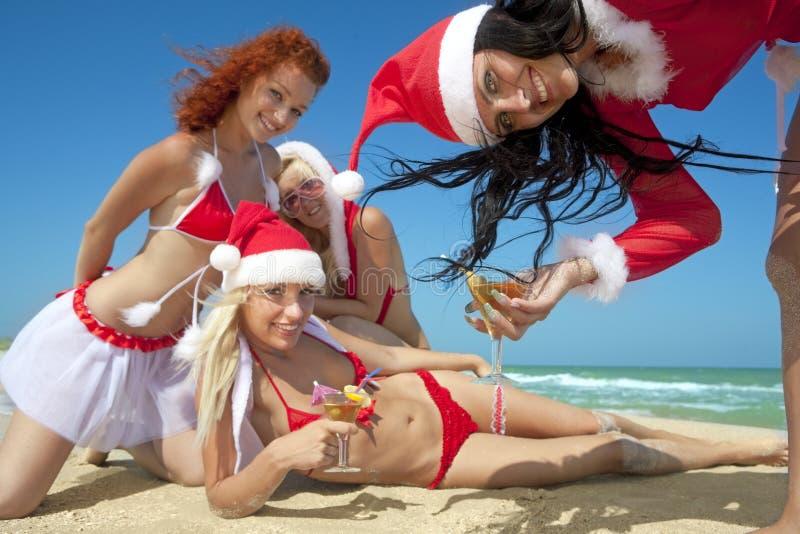 женщины костюма martini рождества пляжа стоковые фотографии rf