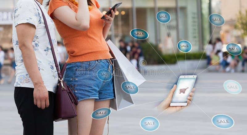 Женщины которые покупают онлайн с их сотовыми телефонами иллюстрация вектора
