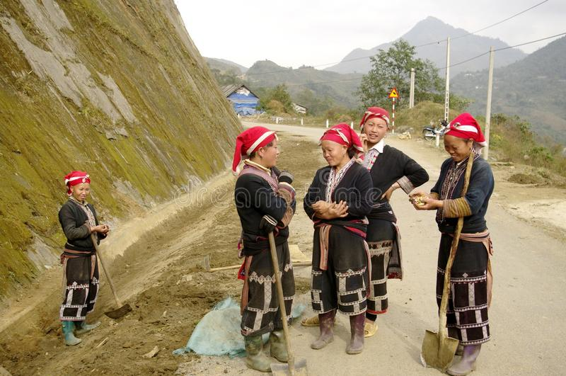 женщины красного цвета этнической группы dao стоковые изображения rf