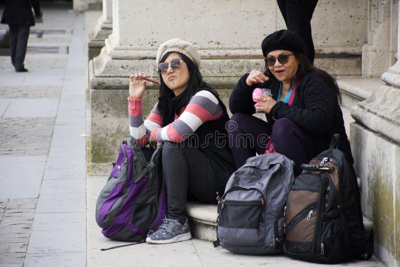 Женщины мать и дочь Asain тайские сидят и ел еду стоковое фото