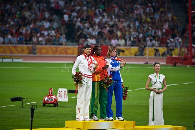 женщины медали олимпийские s скачки церемонии втройне стоковое фото rf