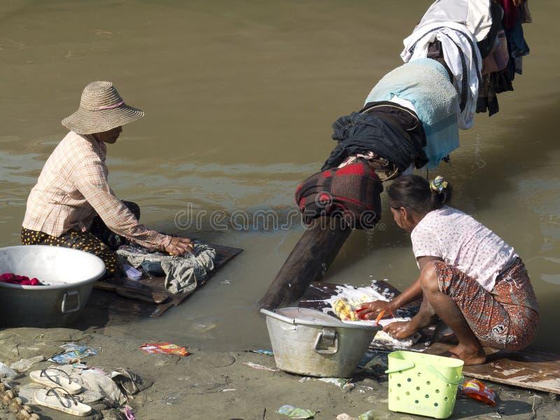 Женщины моя прачечную в реке стоковые фотографии rf