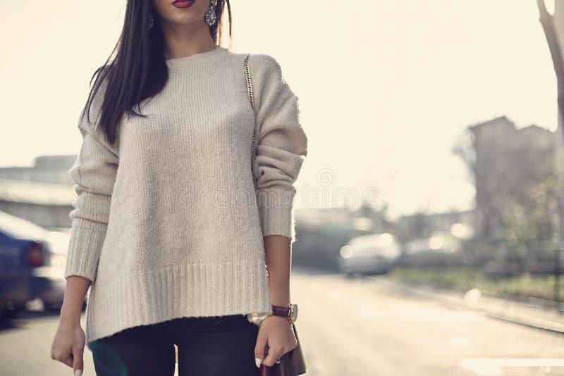 Женщины моды в обнажённом свитере стоковые изображения rf