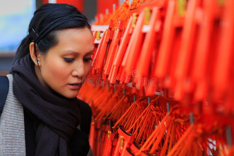 Женщины наблюдая желающ древесину в Японии стоковые фото