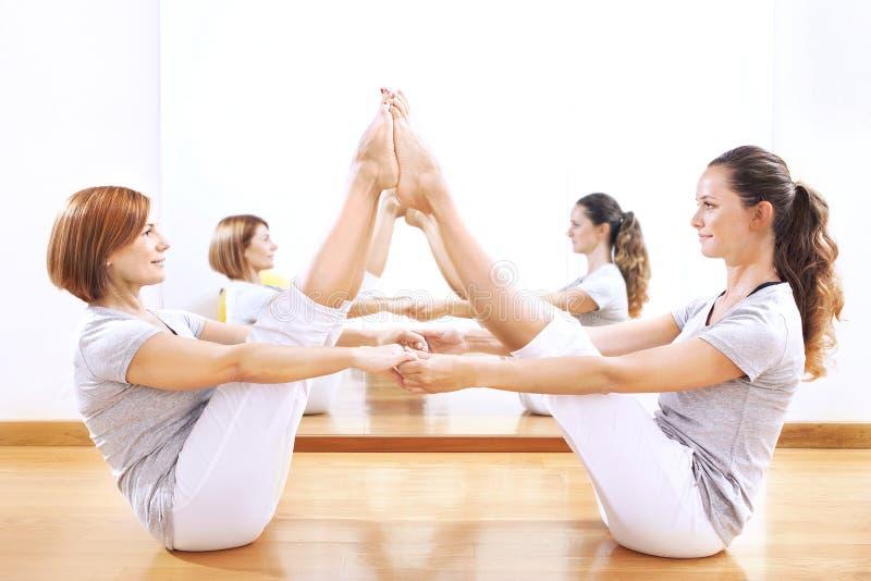 Женщины находя баланс тела бросают phisical тренировку стоковые изображения rf