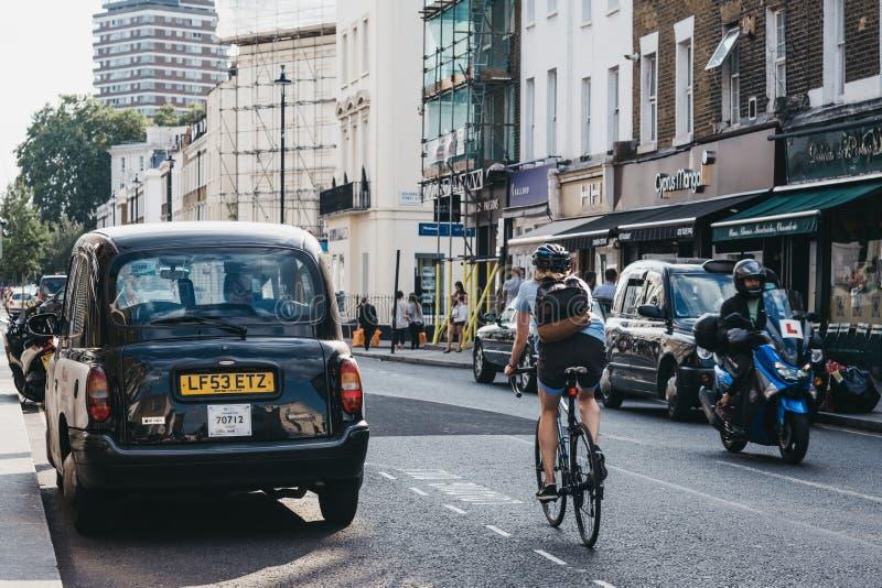 Женщины на велосипеде на улице в Пимлико, Лондон, Великобритания, выбор стоковая фотография
