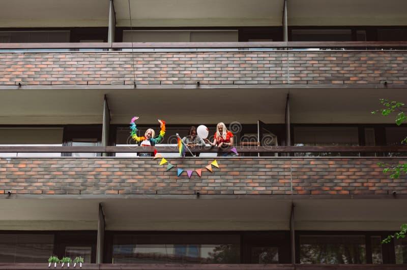 Женщины на участниках гостеприимсва балкона на улице фестиваля гордости Хельсинки стоковые изображения rf