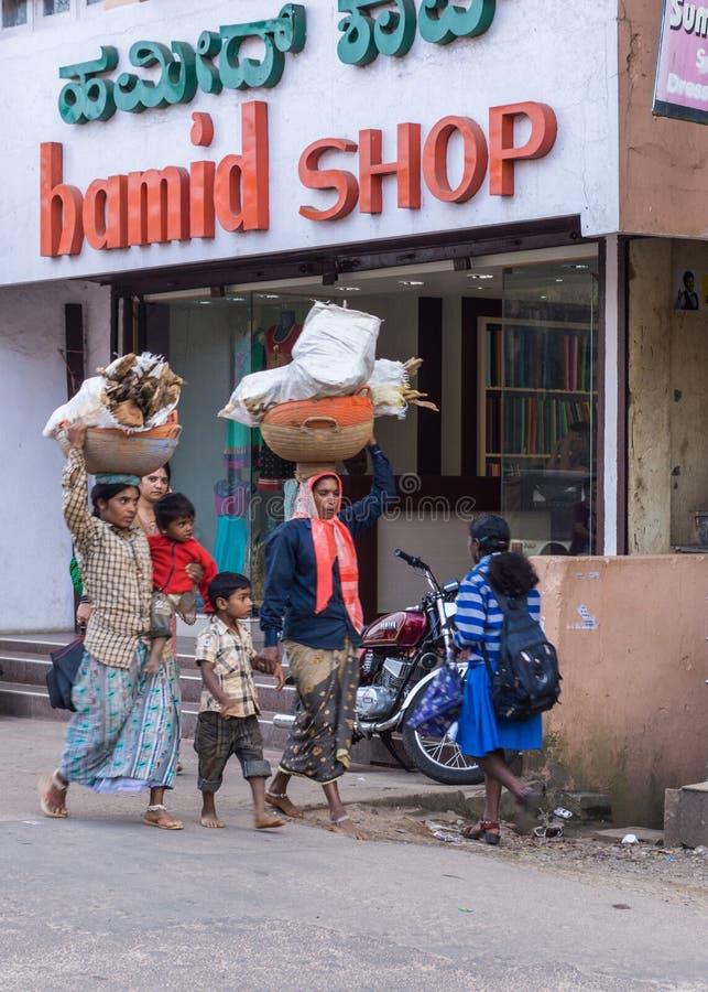 Женщины носят швырок на головах, Madikeri Индию стоковые изображения rf