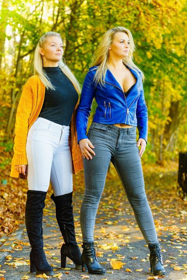 Женщины нося модные обмундирования осени стоковые изображения rf