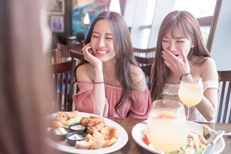 Женщины обедают в ресторане стоковое изображение rf