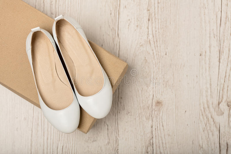 Женщины обувают цвет квартир балета белый на светлом деревянном backgro стоковые изображения