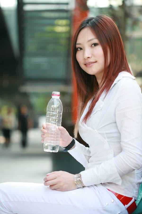 женщины питьевой воды стоковое фото rf
