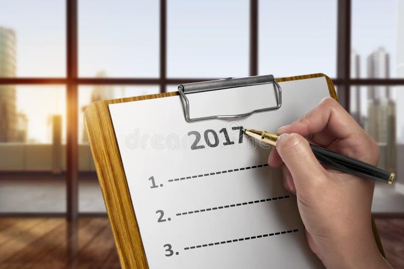 Женщины пишут для того чтобы сделать список в 2017 стоковая фотография rf