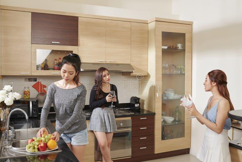 Женщины получая готовый для домашней партии стоковое изображение rf