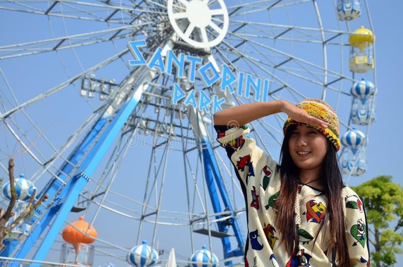 Женщины портрета тайские с колесом Ferris стоковая фотография rf