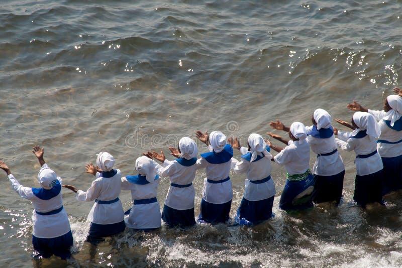 Женщины поют и танцуют на пляже стоковые изображения rf