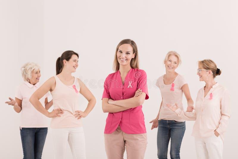 Женщины поддерживая бой с раком стоковые изображения rf