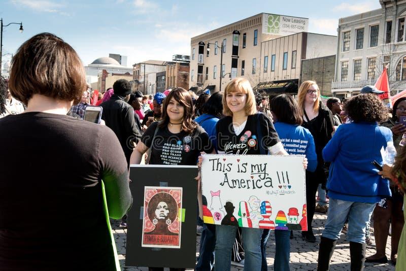 2 женщины представляют для фото сотового телефона на ` s марте 2018 женщин стоковое изображение rf