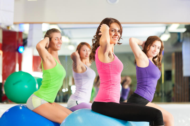 Женщины пригодности гимнастики - тренировка и разминка стоковое изображение rf