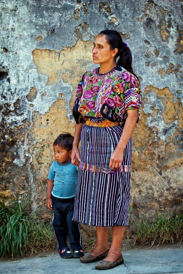 Женщины при ребенок нося традиционные майяские одежды стоковое изображение