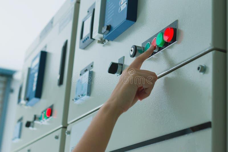 Женщины проектируют работу на электротехническом оборудовании проверять и обслуживания стоковые изображения