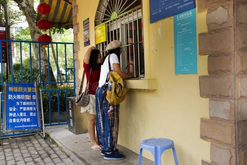Женщины путешественника тайские покупают билет от для посещения перемещения в живописной местности Queshi на городке Shantou или  стоковая фотография