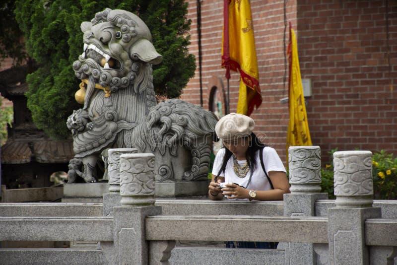 Женщины путешественников тайские путешествовать посещение и уважать моля бог в виске Tiantan на Shantou или Swatow в Chaozhou, Ки стоковые изображения rf