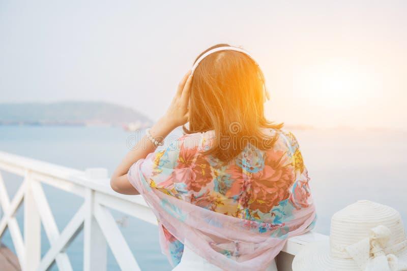 Женщины путешествуют самостоятельно на море и пляже на лете стоковая фотография