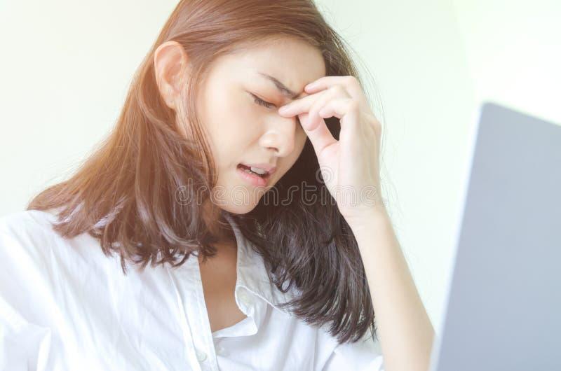 Женщины работают и имеют стресс стоковое изображение rf