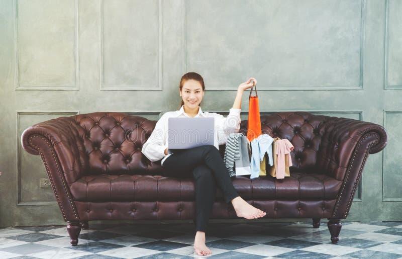 Женщины работающ и счастливы стоковая фотография rf