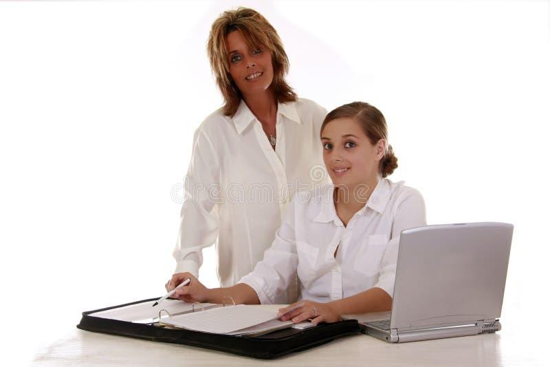 Женщины работая в офисе стоковое изображение rf