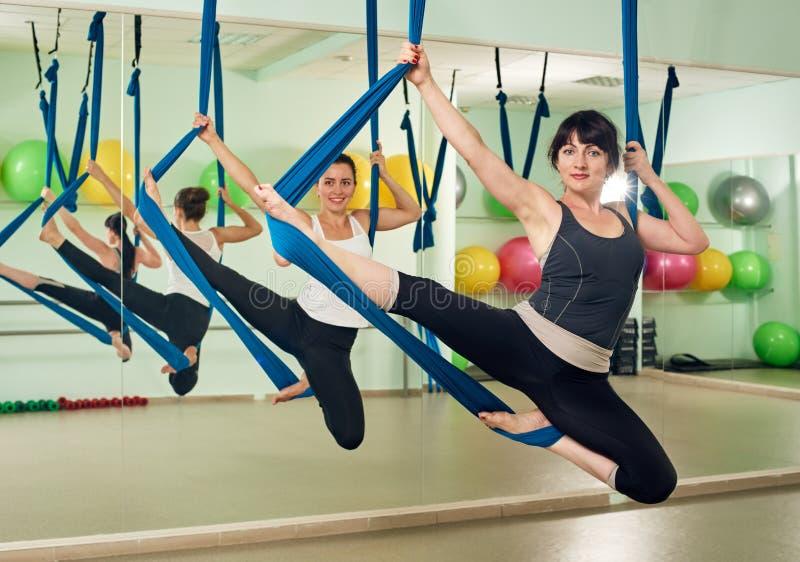 Женщины работая йогу стоковая фотография rf