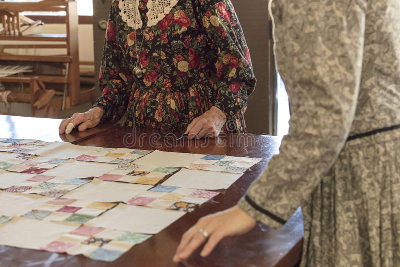 Женщины работая на лоскутном одеяле на старом городке, Сан-Диего, Калифорнии стоковые фотографии rf