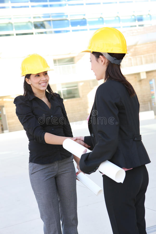 женщины рукопожатия конструкции дела стоковые фото