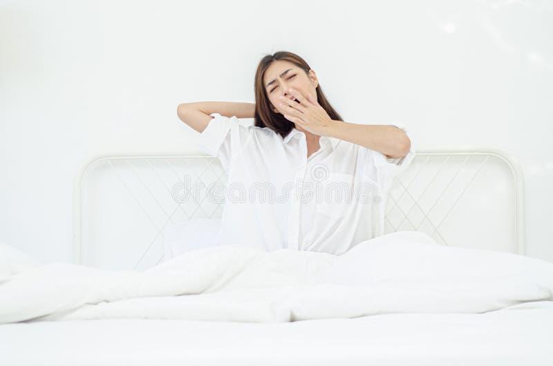 Женщины сидят на крае кровати стоковое изображение rf
