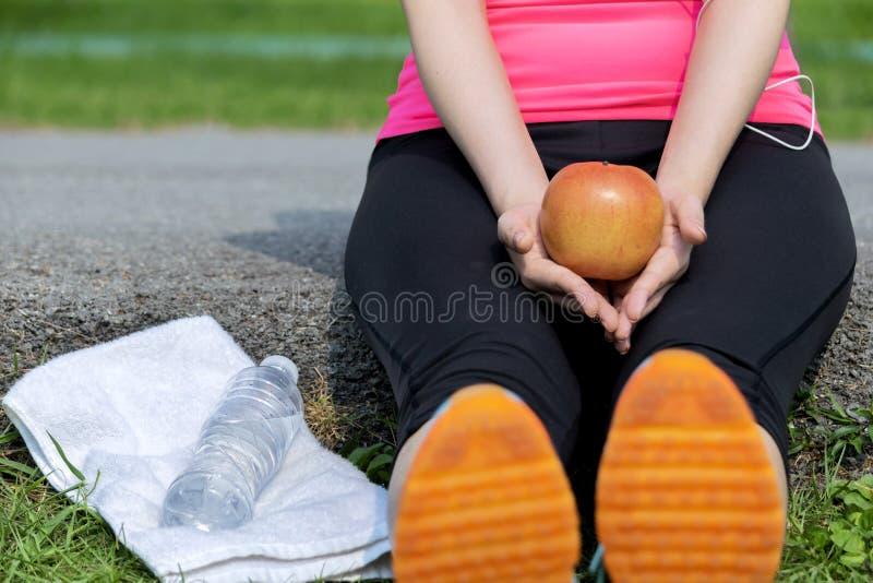 Женщины сидя для того чтобы ослабить мышцы стоковая фотография