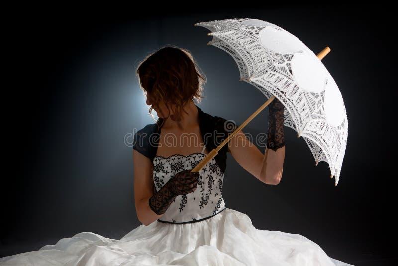 Женщины сказки Edwardian зонтик викторианской сидя стоковое фото