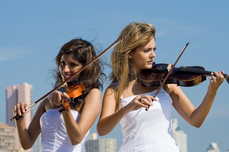 женщины скрипки игры пляжа стоковые изображения