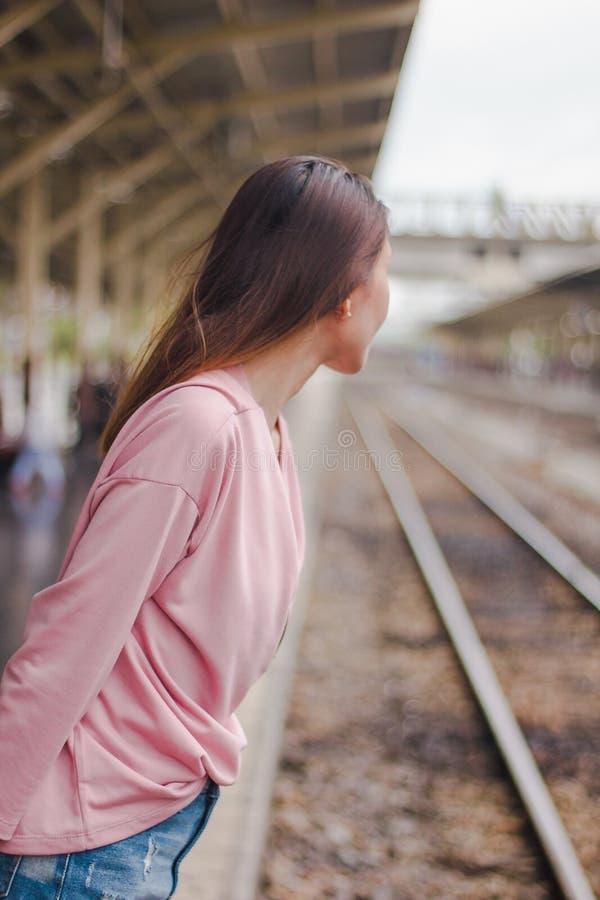 Женщины смотрят железнодорожную платформу стоковые изображения