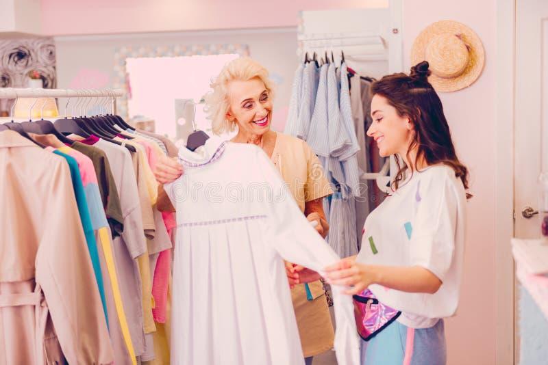 Женщины советуя с одином другого о платье стоковая фотография rf