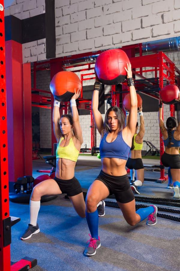 Женщины спортзала утяжелили тренировку разминки шарика стоковое фото rf