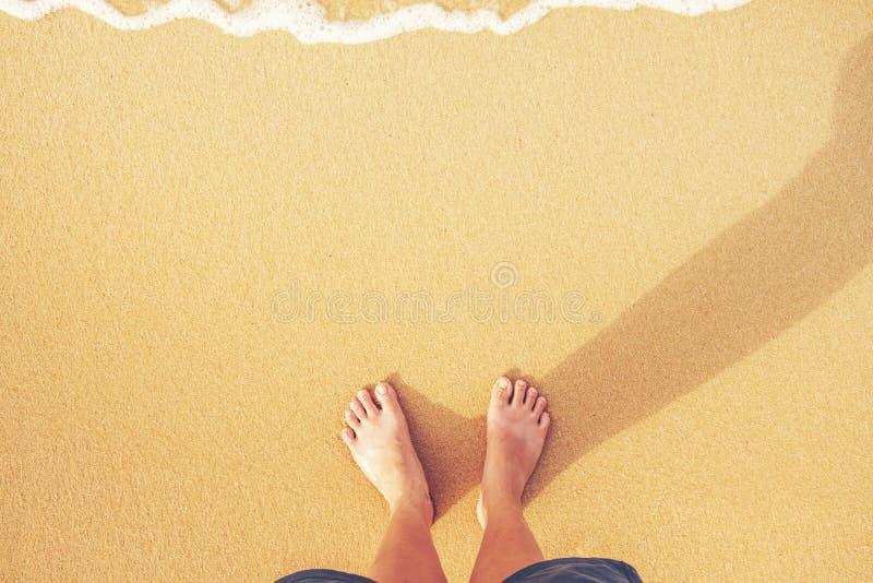 Женщины стоя на пляже, концепции лета стоковые изображения rf