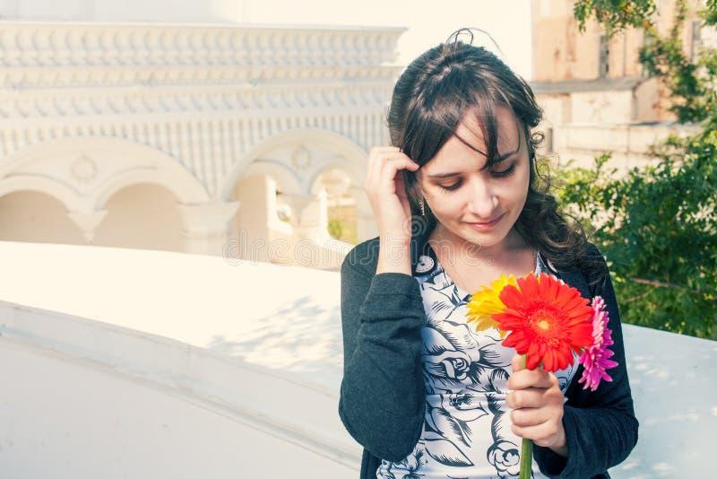Женщины с букетом цветков смотря вниз стоковые изображения rf