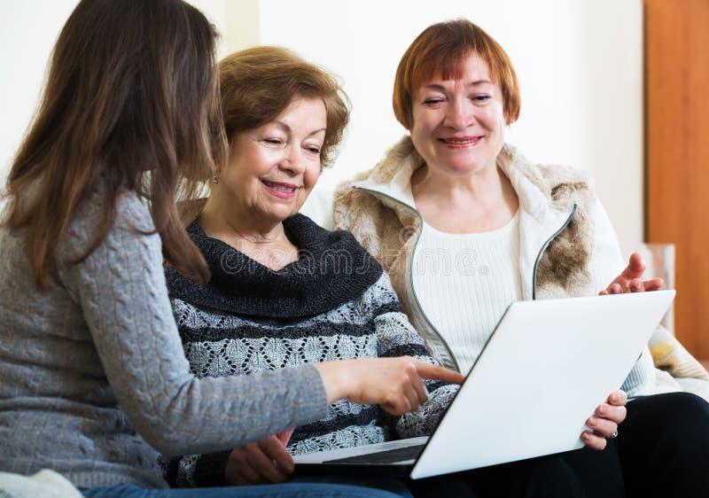 Download 3 женщины с компьтер-книжкой Стоковое Фото - изображение насчитывающей тетрадь, люди: 81800420