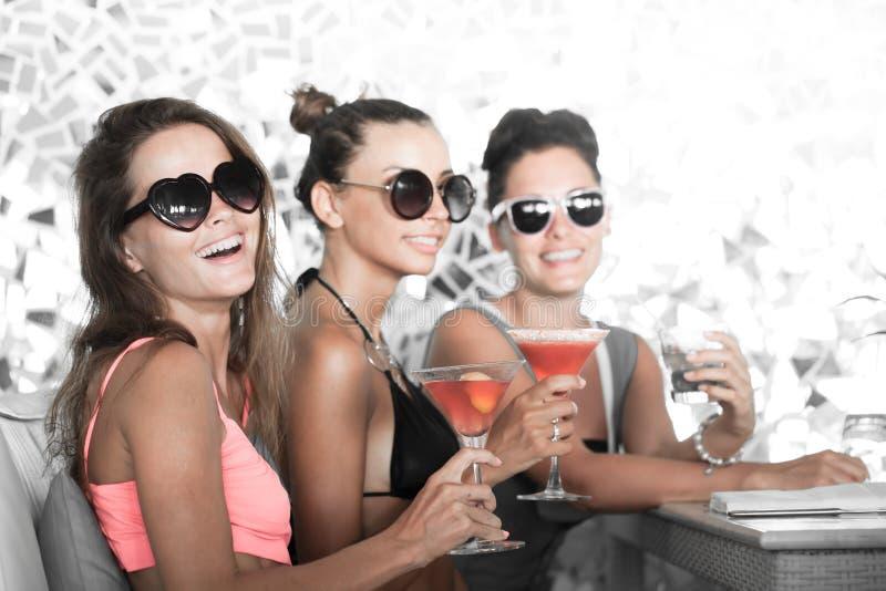 Женщины с напитками стоковые фото