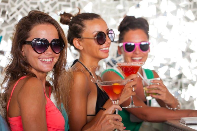 Женщины с напитками стоковые изображения rf