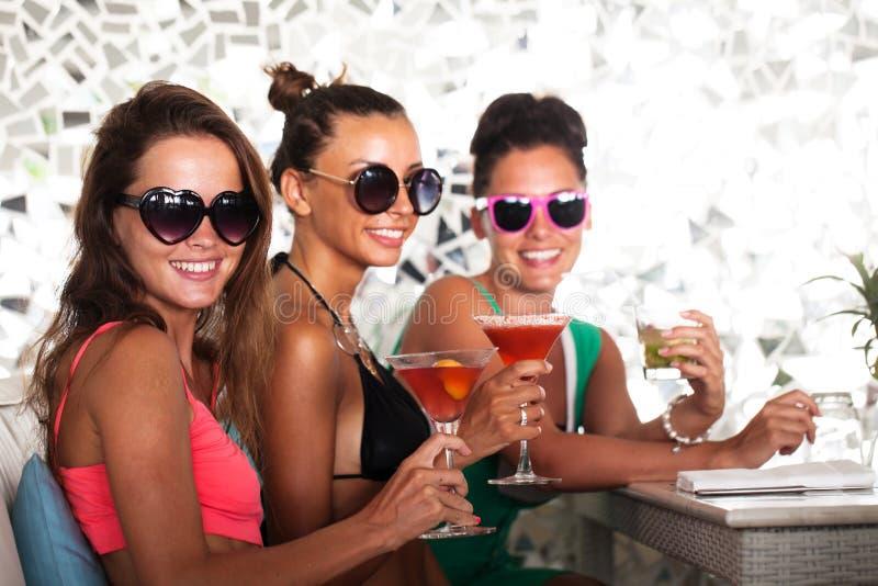 Женщины с напитками стоковое фото